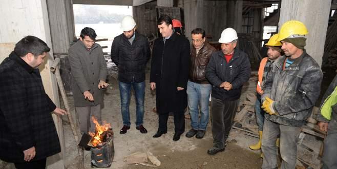 Dündar'dan okul inşaatında çalışan işçilere ziyaret