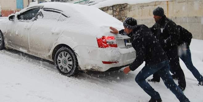 Kar Orhaneli'de hayatı olumsuz etkiliyor
