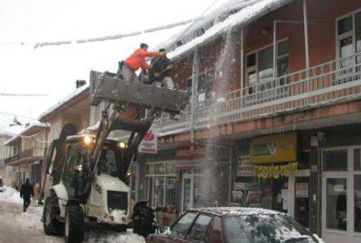 Keles'te çatılar temizleniyor