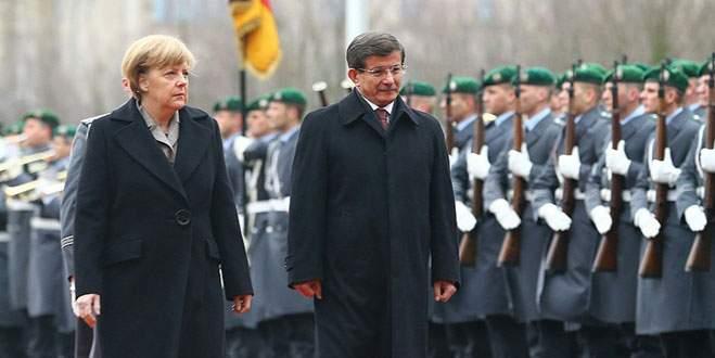 Başbakan Davutoğlu resmi törenle karşılandı