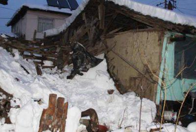 Bursa'da kara dayanamayan çatı çöktü!
