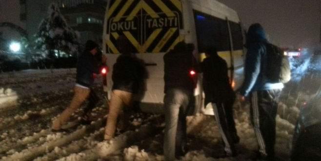 Kar yağışı Bursa'da trafiği kilitledi!