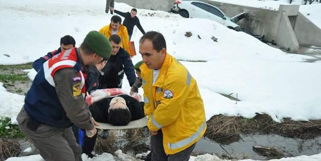 Kayan otomobil menfez inşaatına çarptı: 2 yaralı