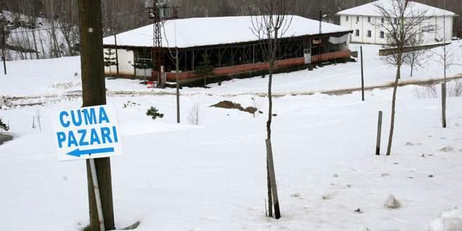 Bursa'daki tarihi pazarı kar vurdu