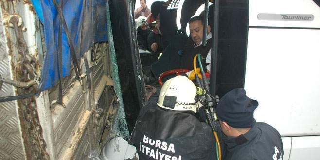 Otobüs kamyona çarptı; 3 yaralı