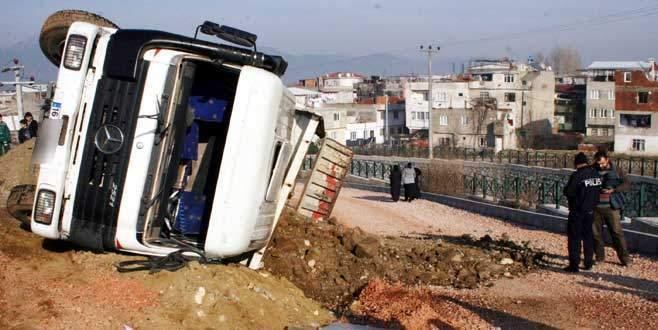 Bursa'da dere kenarında çalışma yapan kamyon devrildi