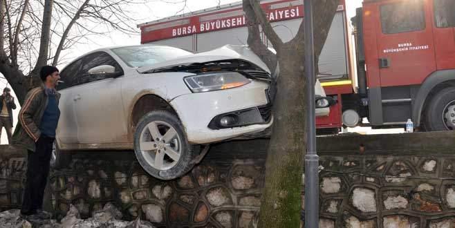 Bursa'da kadın sürücü önce duvara çıktı sonra…