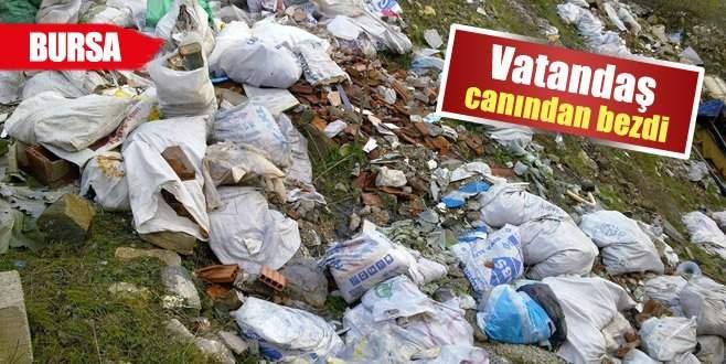 Uludağ yolunu belediye temizliyor, vatandaş kirletiyor