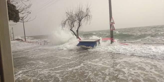 Marmara Denizi taştı, dev dalgalar Bursa sahillerini vurdu