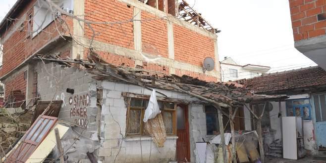 Bursa'da 4 kişi çöken çatının altında kaldı