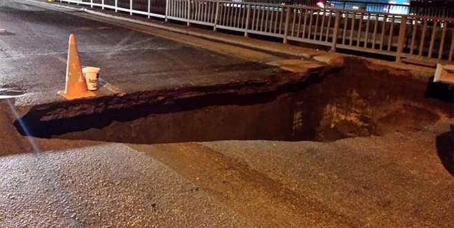 İstanbul'da köprüdeki göçük, trafiği durdurdu!