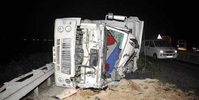 Kereviz yüklü kamyon devrildi: 3 yaralı
