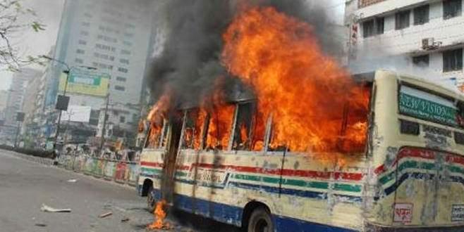 Otobüs ateşe verildi: 7 ölü, 22 yaralı