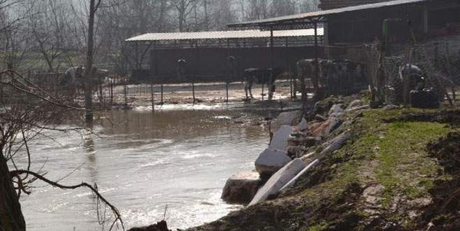 Baraj kapakları açıldı, köyü su bastı!