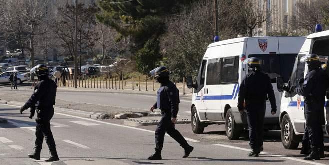 Kalaşnikoflu saldırganlar, polisle çatışıyor