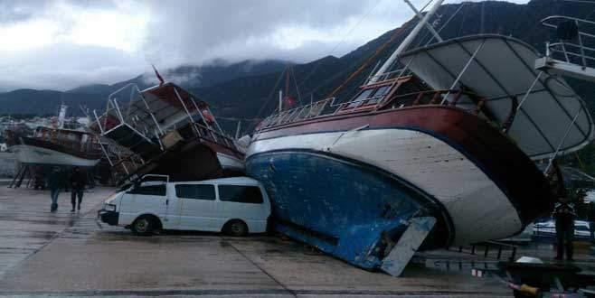 Yollar çöktü gemiler devrildi