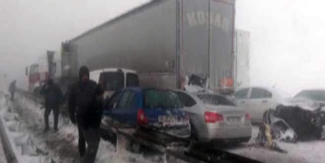 TEM'de büyük kaza: Onlarca araç birbirine girdi