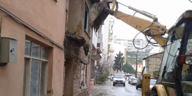 Gemlik'te üç metruk bina daha yıkıldı