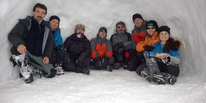 Hayat kurtaran kar mağarasında çay kahve keyfi