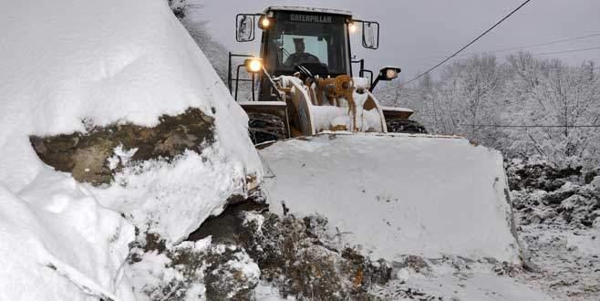 Bursa'da 50 tonluk kaya yol kapattı