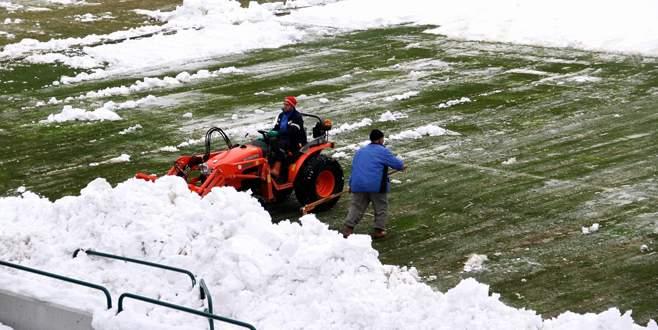 Atatürk Stadı'nda hummalı kar temizliği!