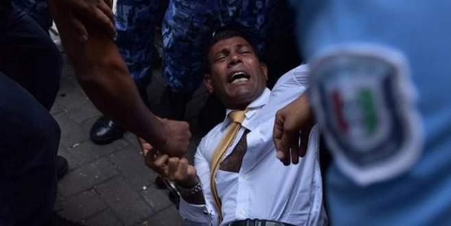 Devlet Başkanı mahkemeye yaka paça getirildi