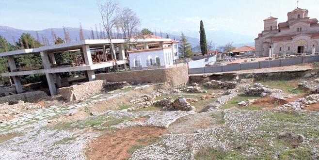 Tarihi cami üzerine papaz okulu
