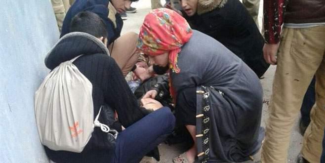 Lise öğrencisine okul önünde bıçaklı saldırı!