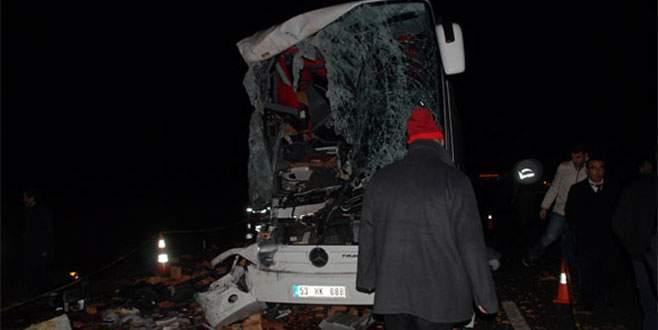 Otobüsle kamyon çarpıştı: 2 ölü