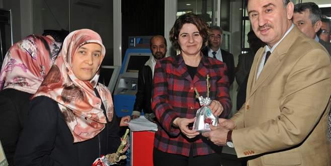Başkan Kurtulan'dan kadınlara gül fidanı