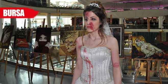 Kadına şiddeti kanlı gelinlikle protesto ettiler