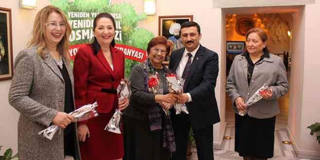 Türkoğlu'ndan kadınlara karanfil