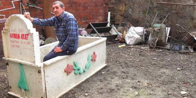 Evin bahçesine mezar yaparak içine girdi!.. Nedeni ise!..