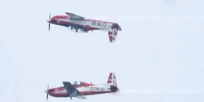 Gösteri uçakları havada çarpıştı