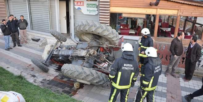 Köprüden uçan traktörde can pazarı!
