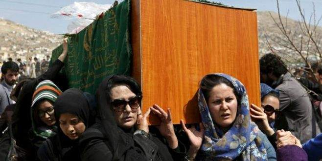Linç edilen Afgan kadının tabutunu kadınlar taşıdı