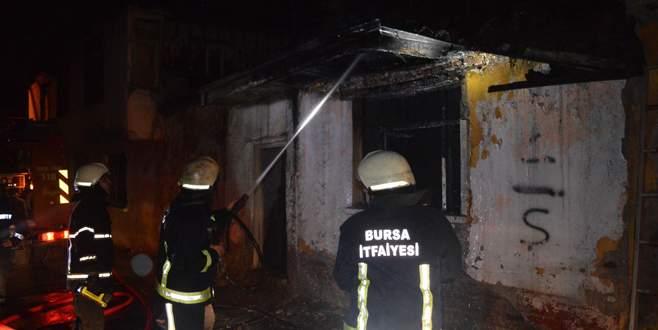 Tinercilerin kaldığı metruk binada korkutan yangın