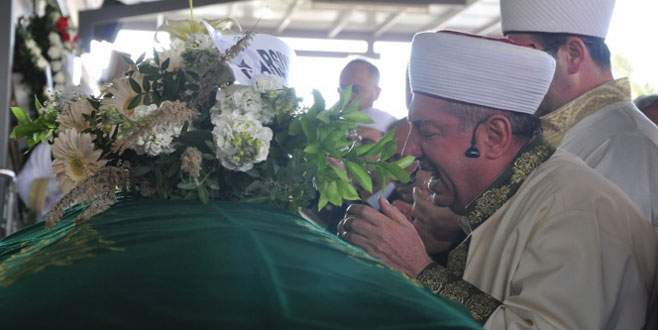 Oğlunun cenaze namazını kıldırdı
