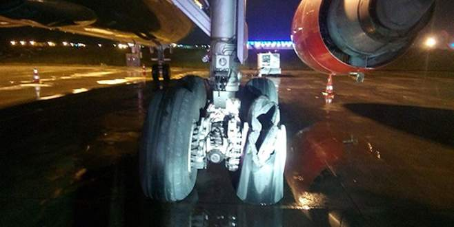Yolcu uçağının motoru patladı!