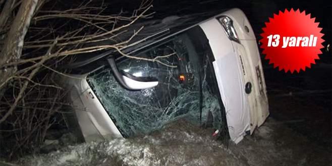 Kar yağışı etkisiyle yolcu otobüsü devrildi!
