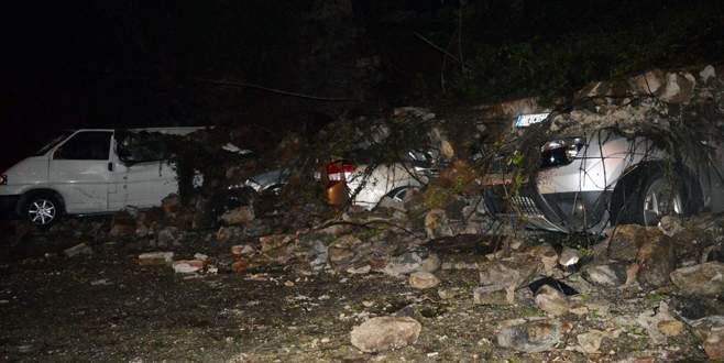 Bursa'da istinat duvarı 6 otomobilin üzerine çöktü