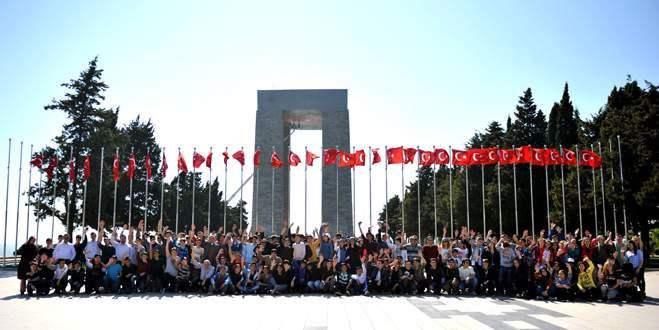 Bursalı öğrenciler şehitlikleri gezdi
