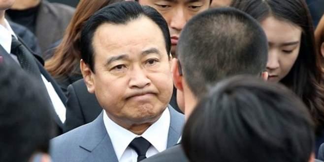 Yolsuzlukla suçlanan başbakan istifa etti