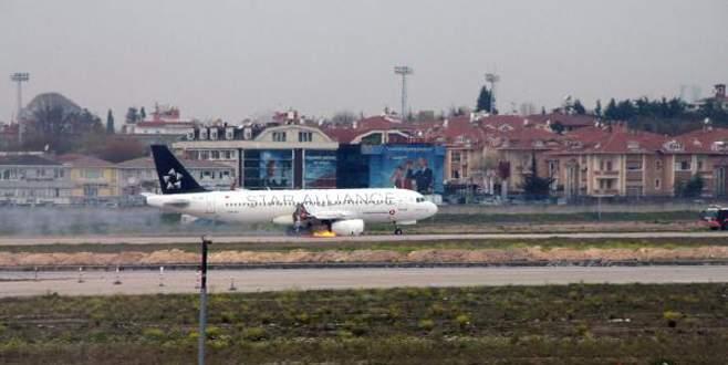 Hava'da alev alan uçak acil iniş yaptı!