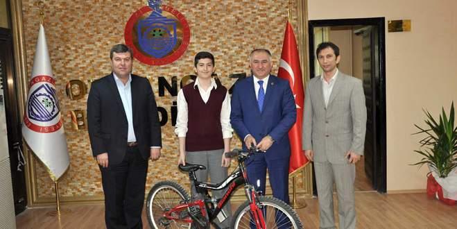 Kan bağışçısı Onur'a bisiklet