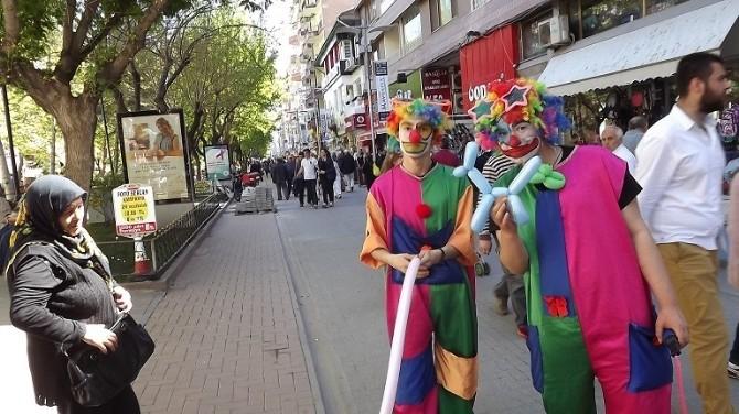 Palyaço Kıyafetli Üniversite Öğrencileri