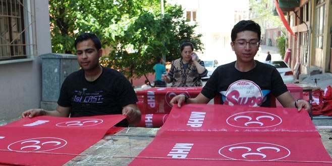 Siparişleri yetiştirmek için sokakta çalışıyorlar