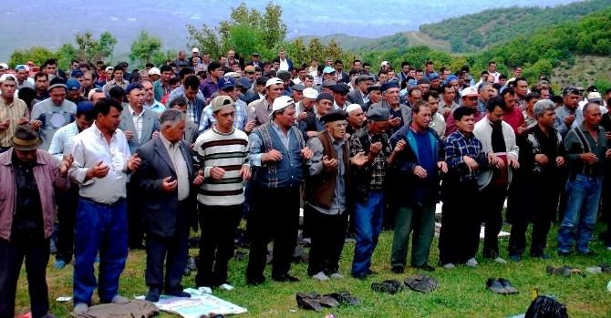 Yüzlerce çiftçi yağmur duası yaptı