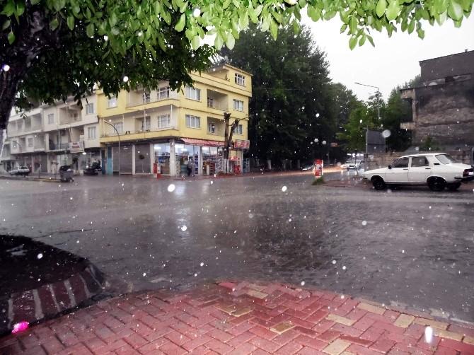 Gölbaşı'nda Sağanak Yağış Etkili Oldu