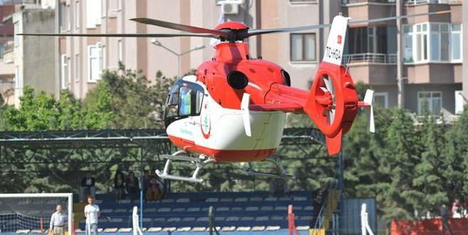 Hava ambulansı sahaya daldı